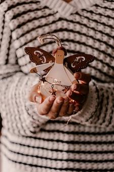 Enfeite de árvore de natal vintage nas mãos de mulher