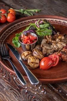 Enfeite de cogumelos com molho de vegetais e tomate, comida vegetariana, prato de restaurante, orientação vertical