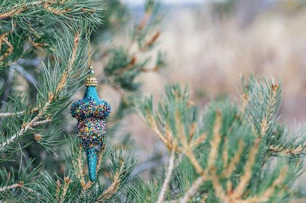 Enfeite de natal azul pendurado na árvore