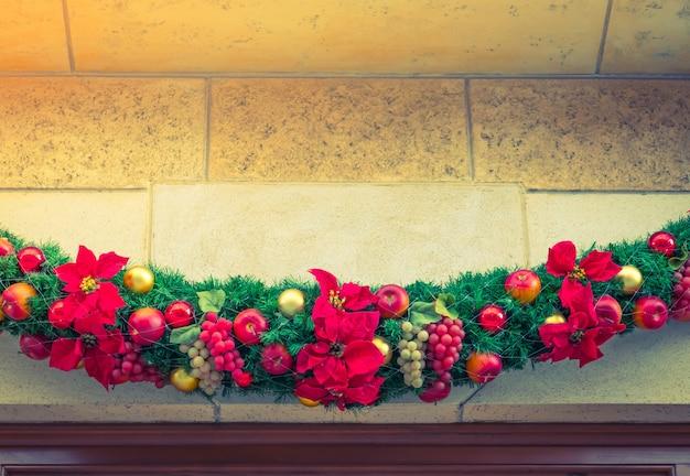 Enfeite de natal com flores vermelhas