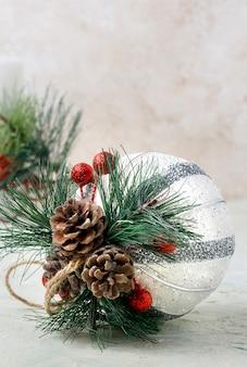 Enfeite de natal com galhos e pinhas