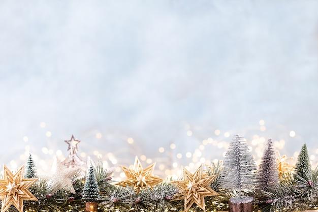 Enfeite de natal com luzes de corda sobre fundo azul.
