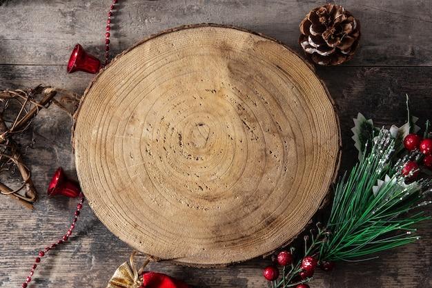 Enfeite de natal e fundo de tronco de árvore.