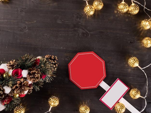 Enfeite de natal e luzes de natal em fundo de madeira vintage. símbolo de férias.