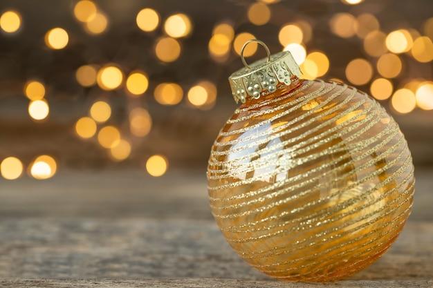 Enfeite de natal em fundo de madeira com luzes desfocadas