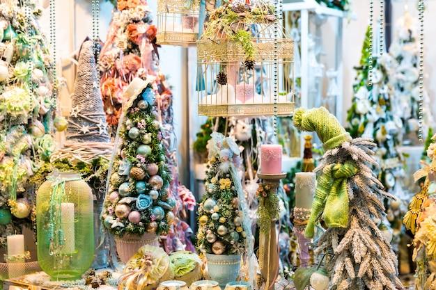 Enfeite de natal feliz, projeto decorativo de árvore de natal, ano novo. celebração do feriado de inverno