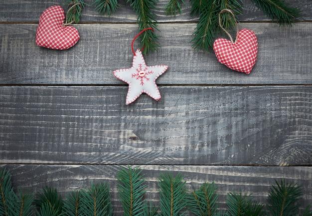 Enfeite de natal na mesa de madeira