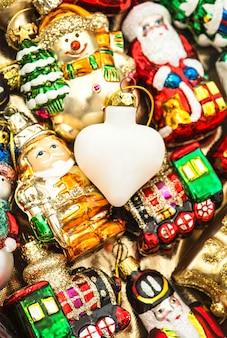 Enfeites, brinquedos e enfeites de natal. decoração colorida vintage. cores vibrantes