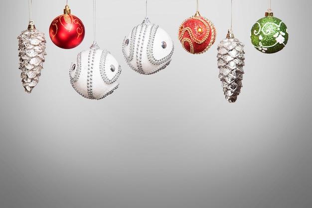 Enfeites de ano novo de natal prata, vermelho e verde para árvore de natal, isolado no branco