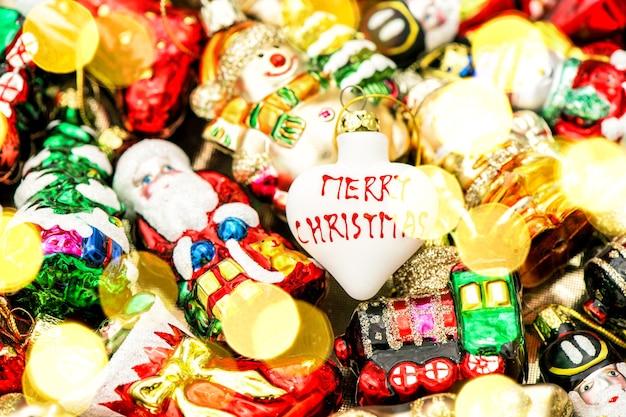 Enfeites de árvore de natal, brinquedos e enfeites coloridos. cores vibrantes com efeito de luzes
