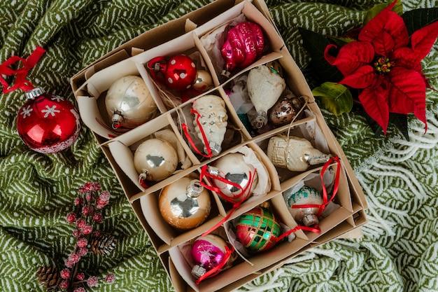 Enfeites de árvore de natal em uma caixa