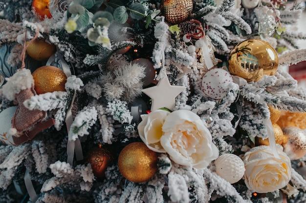 Enfeites de árvore de natal. enfeites de natal diferentes, anjos, bolas, flocos de neve na árvore. decorações de natal .