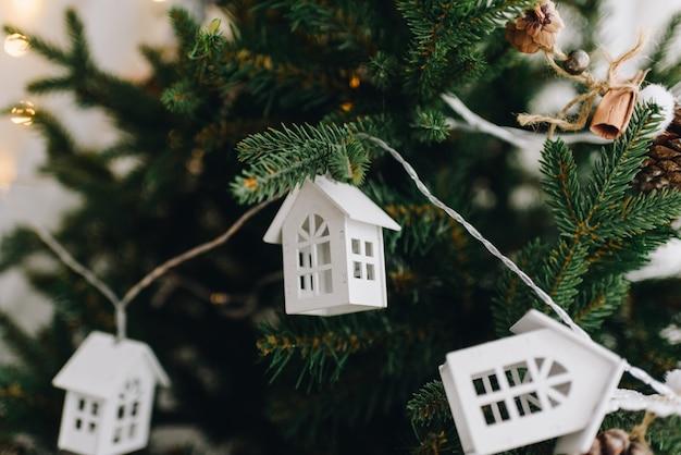 Enfeites de árvore de natal festivo