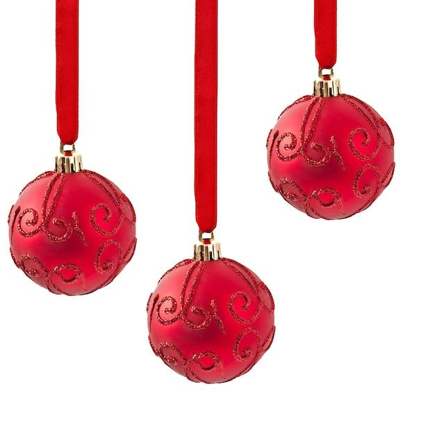 Enfeites de bolas de natal vermelho sobre branco