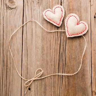 Enfeites de dia dos namorados com cordas em fundo de madeira