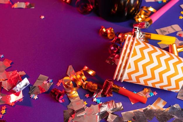 Enfeites de festa e copos coloridos close-up