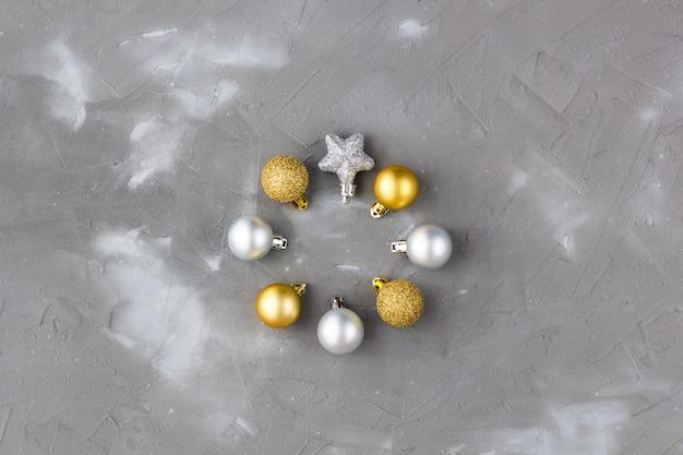 Enfeites de natal de ouro e prata
