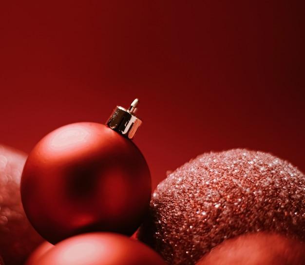 Enfeites de natal decorativos vermelhos como pano de fundo festivo do feriado de inverno