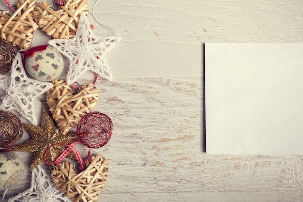 Enfeites de natal e carta para o papai noel em fundo de madeira