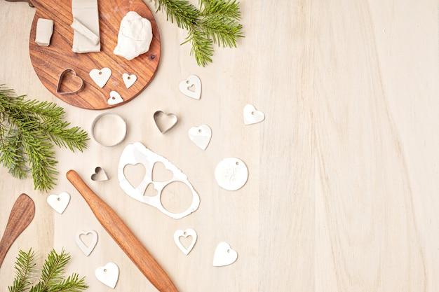 Enfeites de natal e etiquetas com argila de modelagem