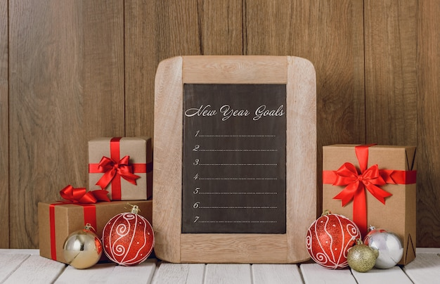 Enfeites de natal e lista de objetivos de ano novo escritos na lousa