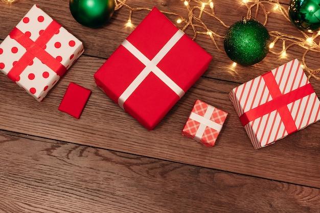Enfeites de natal e presentes em uma mesa de madeira. feriados de natal. copyspace. vista de cima.