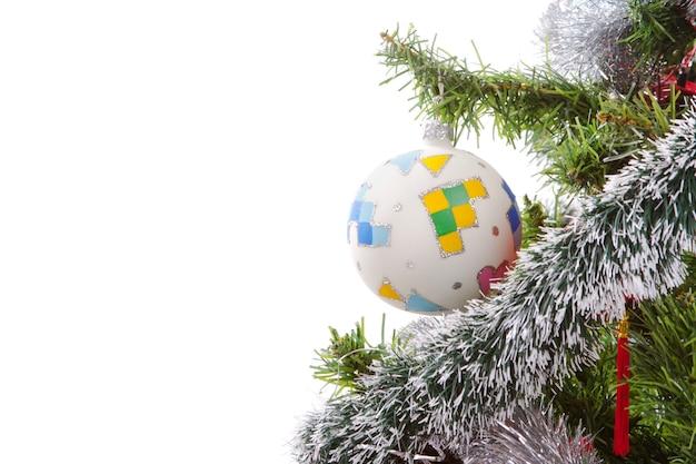 Enfeites de natal em árvore isolada no branco