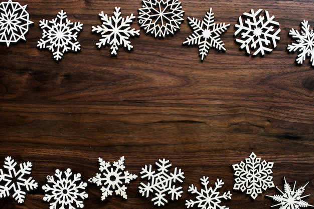 Enfeites de natal em fundo de madeira com espaço de design