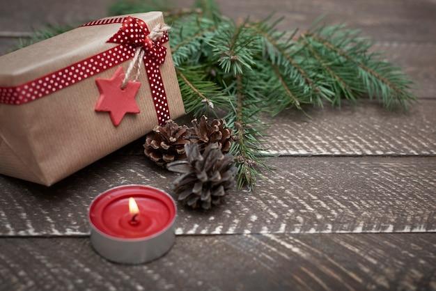 Enfeites de natal iluminados por uma pequena vela