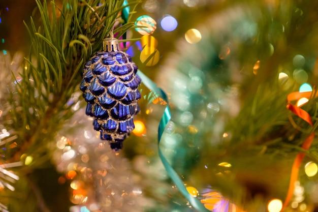 Enfeites de natal na árvore de natal.