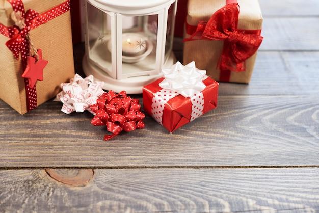 Enfeites de natal na mesa de madeira
