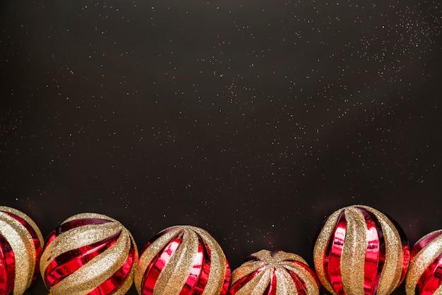 Enfeites de natal no tabuleiro escuro
