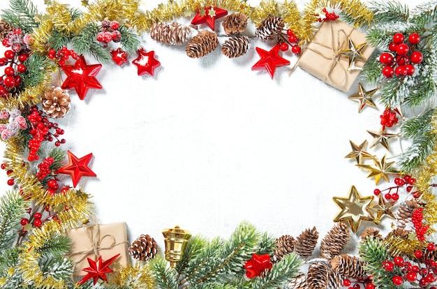 Enfeites de natal, presentes, estrelas, enfeites de ouro vermelho sobre fundo branco