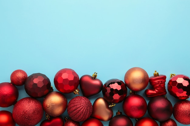 Enfeites de natal vermelhos sobre fundo azul. ano novo