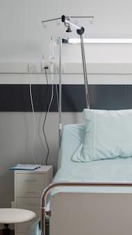 Enfermaria de hospital vazia com equipamentos e ferramentas médicas