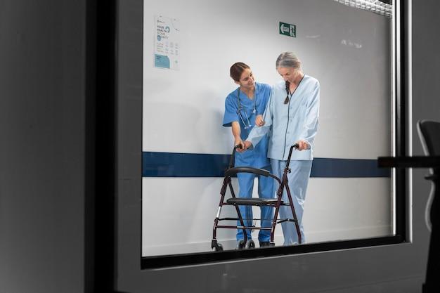 Enfermeira ajudando o paciente a andar