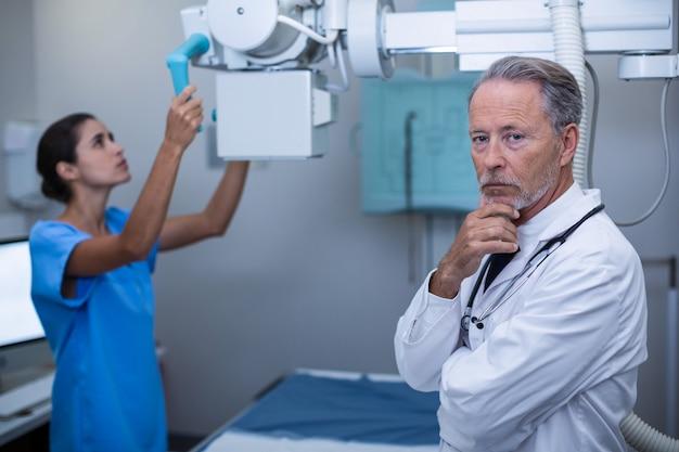 Enfermeira ajustando máquina de raio-x