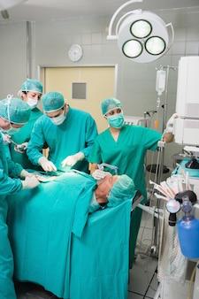 Enfermeira ajustando um monitor