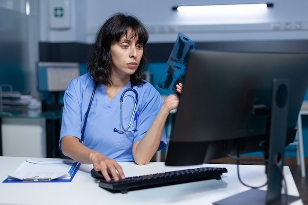 Enfermeira analisando radiografia para diagnóstico médico