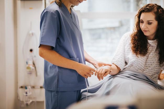 Enfermeira, aplicando, um, gotejamento iv, para, um, paciente