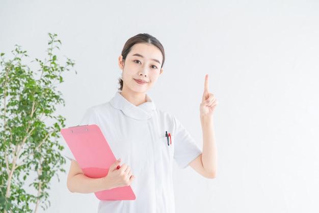 Enfermeira apontando para cima