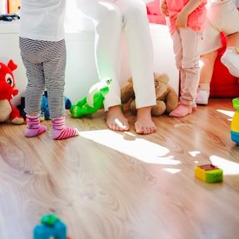 Enfermeira com crianças na sala de jogos