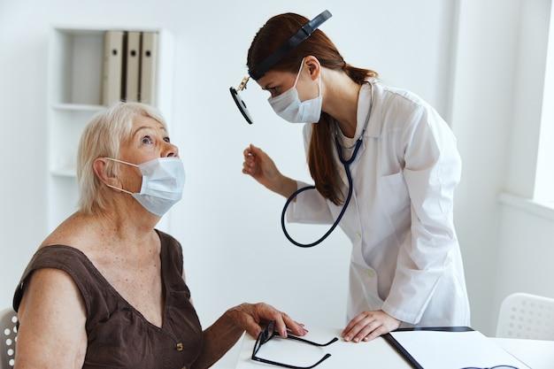 Enfermeira com estetoscópio de jaleco branco em mãos, diagnósticos profissionais