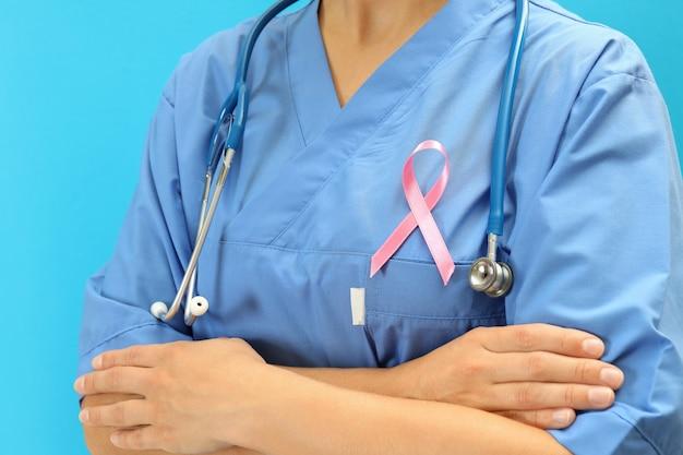 Enfermeira com fita de conscientização do câncer de mama, close-up