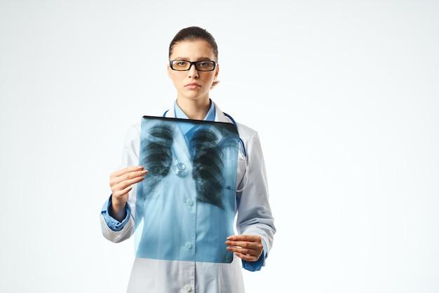 Enfermeira com fundo isolado de cuidados de saúde de raio-x. foto de alta qualidade