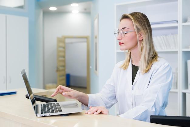 Enfermeira com laptop agendando consultas