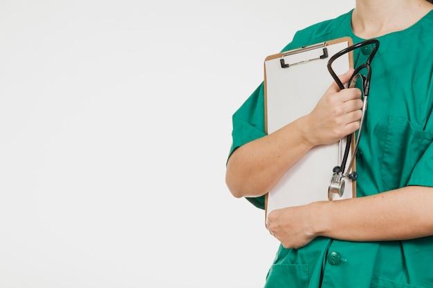 Enfermeira com lista de verificação