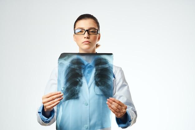 Enfermeira com luz de fundo de raio-x de cuidados de saúde