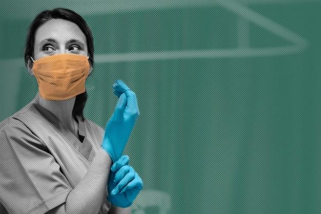 Enfermeira com máscara calçando luvas preparando-se para curar paciente com coronavírus