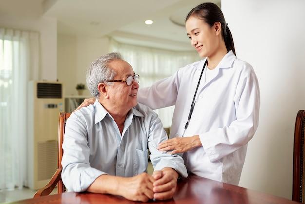Enfermeira com paciente sênior
